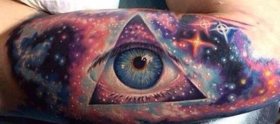 Tatuajes de galaxias y sistemas solares.
